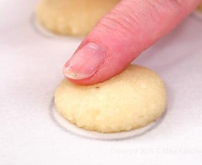 Flattening point on Amaretti cookies